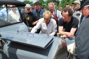Handschuh an und los: Heidi Hetzer in Aktion